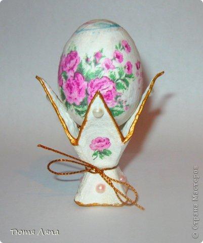 Хочется поделиться как достаточно быстро сделать подставочки под пасхальные яйца. Для этого нам понадобится лоток из-под яиц, ножницы клей ПВА и немного терпения. фото 12