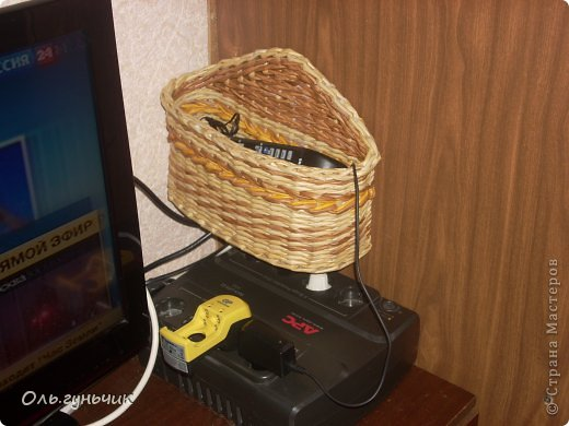 Здравствуйте всем, кто заглянул ко мне в гости!!! Вот сплелась корзинка для мусора, только вот нерасчитала размеры и получилась она крупновата... значит будет повод сплести еще одну))) А пока покажу эту. фото 35