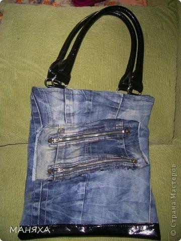 жили-были старые любимые джинсы......порвались уже....а выкинуть жалко.так пролежали они почти 2 года,пока не решилась я сделать из них юбку-мини))))))а вот штанины ждали еще своей очереди, и дождались.теперь они-сумка! это лицевая сторона. фото 2