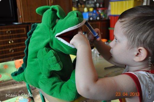 Добрый день! Всем известно, что как только появляется первый зуб малыша, за ним надо следить, то есть чистить. Так мы и сделали. Сначала чистили щёткой-напалечником без пасты, потом - обычной щёткой и пастой (по возрасту). Когда мы приучались чистить зубы, я развешивала в ванной комнате заламинированные картинки (из журналов вырезала), на которых дети чистят зубы, моют голову шампунем ( и не плачут при этом), сами умываются. Мы на них смотрели, обсуждали, проговаривали и делали все процедуры вместе с этими ребятами. У нас проблем  с этими моментами не возникало. А теперь мы просто что-то узнаём подробнее, подсознательно ребенок уже будет готов к визиту к стоматолога (хотя мы уже были трижды, проверялись, но не лечили).  Вот два зубика, мы на грустный жёлтый зуб клеили продукты не полезные для зубов, а на белый веселый зуб - полезные. фото 10