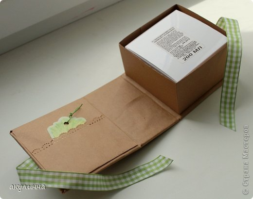 Подарочная коробочка, захотелось сделать  минимум деталей.  Основа  очень плотный картон, обклееный бумагой для эскизов, цветки с магазина. фото 3