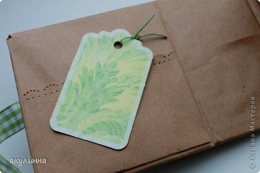 Подарочная коробочка, захотелось сделать  минимум деталей.  Основа  очень плотный картон, обклееный бумагой для эскизов, цветки с магазина. фото 4