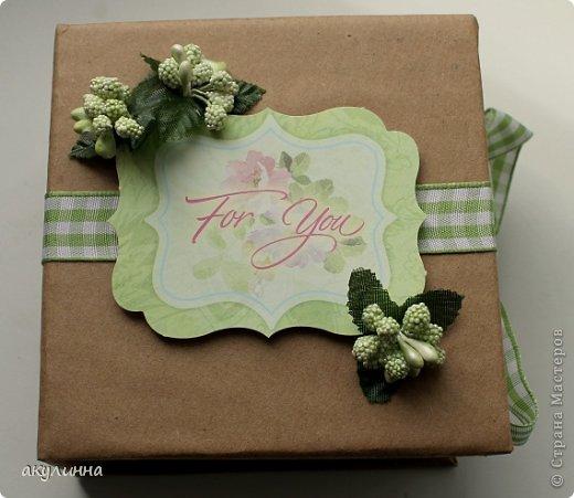 Подарочная коробочка, захотелось сделать  минимум деталей.  Основа  очень плотный картон, обклееный бумагой для эскизов, цветки с магазина. фото 2