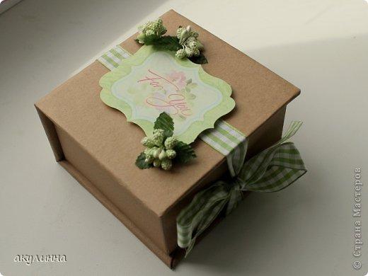 Подарочная коробочка, захотелось сделать  минимум деталей.  Основа  очень плотный картон, обклееный бумагой для эскизов, цветки с магазина. фото 1