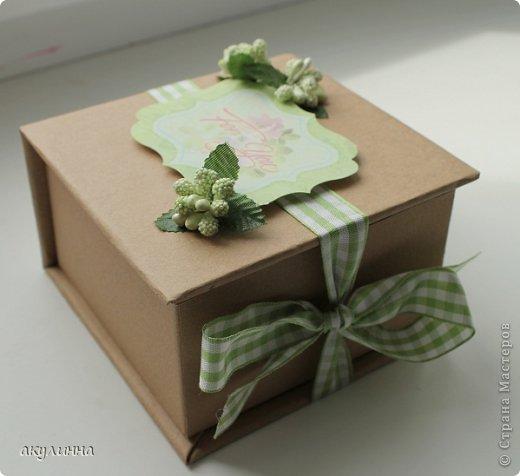 Подарочная коробочка, захотелось сделать  минимум деталей.  Основа  очень плотный картон, обклееный бумагой для эскизов, цветки с магазина. фото 5