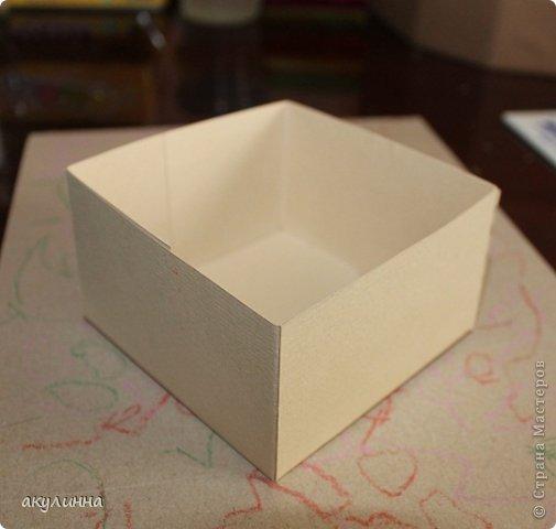 Подарочная коробочка, захотелось сделать  минимум деталей.  Основа  очень плотный картон, обклееный бумагой для эскизов, цветки с магазина. фото 17