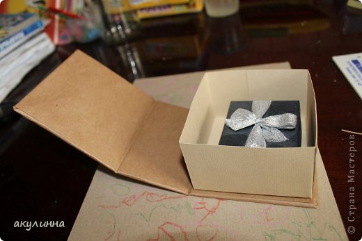 Подарочная коробочка, захотелось сделать  минимум деталей.  Основа  очень плотный картон, обклееный бумагой для эскизов, цветки с магазина. фото 18
