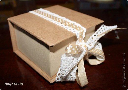 Подарочная коробочка, захотелось сделать  минимум деталей.  Основа  очень плотный картон, обклееный бумагой для эскизов, цветки с магазина. фото 19