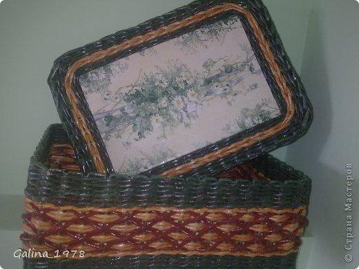 Всем привет ! Вот хочу поделиться с Вами своим третьим творением ! Коробку плела маме для хранения всяких мелочей. Размер 34*25*13. Светлые трубочки красила ВМ дуб (можно было и больше разбавить), зеленые -  колор+грунтовка+лак, коричневые - остались от предыдущей коробки :)  фото 1