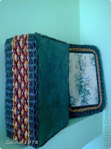 Всем привет ! Вот хочу поделиться с Вами своим третьим творением ! Коробку плела маме для хранения всяких мелочей. Размер 34*25*13. Светлые трубочки красила ВМ дуб (можно было и больше разбавить), зеленые -  колор+грунтовка+лак, коричневые - остались от предыдущей коробки :)  фото 3