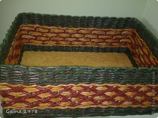 Всем привет ! Вот хочу поделиться с Вами своим третьим творением ! Коробку плела маме для хранения всяких мелочей. Размер 34*25*13. Светлые трубочки красила ВМ дуб (можно было и больше разбавить), зеленые -  колор+грунтовка+лак, коричневые - остались от предыдущей коробки :)  фото 4