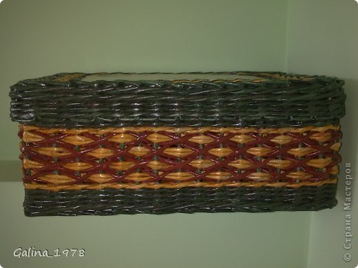Всем привет ! Вот хочу поделиться с Вами своим третьим творением ! Коробку плела маме для хранения всяких мелочей. Размер 34*25*13. Светлые трубочки красила ВМ дуб (можно было и больше разбавить), зеленые -  колор+грунтовка+лак, коричневые - остались от предыдущей коробки :)  фото 6