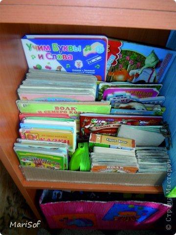 По тихоньку переезжают наши игрушки на новый стеллаж. Сделала органайзер для книг. оформить не успела. Дочка сразу побежала прибирать. фото 1