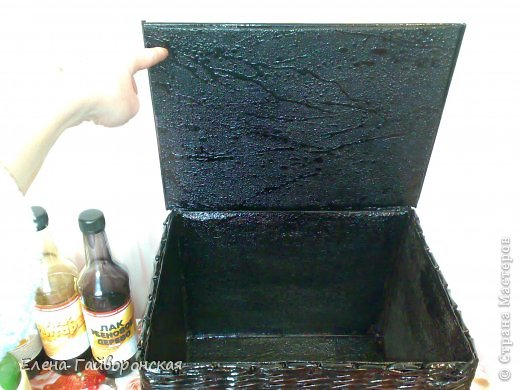 Всем доброго дня.Заказали короб темного цвета.Оплетала картонную коробку по МК Физалии. фото 3