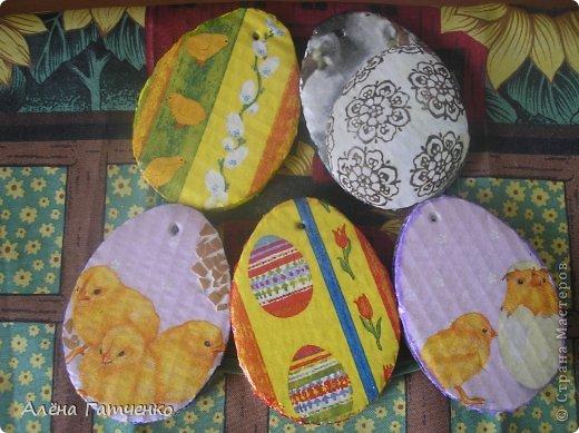 Добрый  день, дорогие подружки!!! Подготовку к Пасхе начала месяца за два, зная что смогу делать по капельки в день. Вот такой наборчик, тарелка керамическая и деревянные яйца. Роспись акриловыми контурами. фото 7