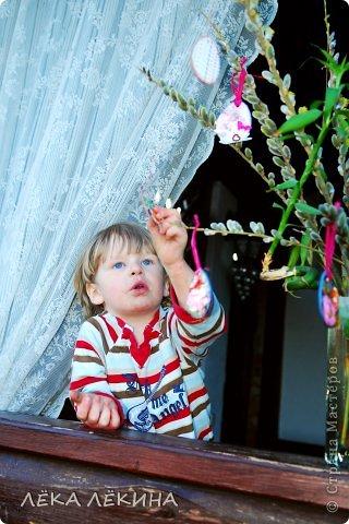 """Скоро Светлый праздник Пасхи! И в предверии этого праздника мы с детьми как всегда решили соорудить и украсить пасхальное дерево из веточек цветущей вербы. Для украшения я сделала чипборды из плотного картона в форме яйца и достала """"сокровища"""" из своих запасов, еще по обмену АТСками. В ход пошло все - и небольшие кусочки скра-бумаги, и вырубки. и бусинки, и ленточки и мешковина и сизаль.... В общем 3 часа пролетело у нас с детьми незаметно. В итоге получилась такая коллекция Пасхальных сувениров-подвесочек.  фото 13"""