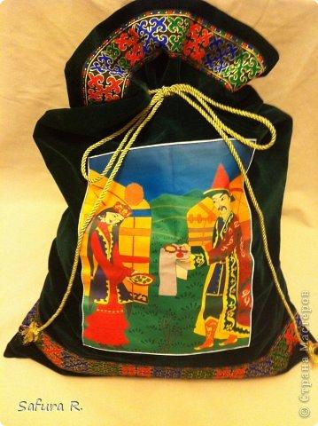 Это коржын, куда мы ложили подарки по казахским государственным традициям.2.Поначалу я сшила три кор.