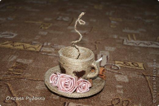 Кофеюшка. ЦВеты розочки из ленты, сердечки нарисованы молотым кофе фото 1