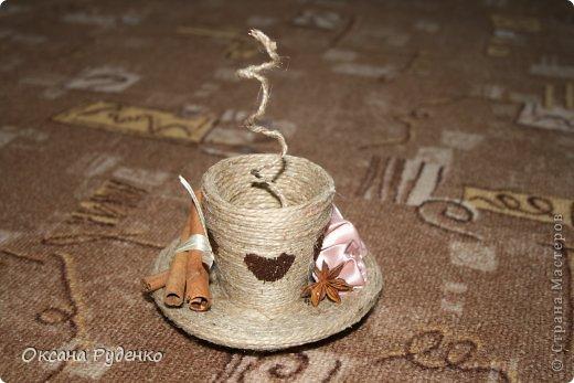 Кофеюшка. ЦВеты розочки из ленты, сердечки нарисованы молотым кофе фото 3