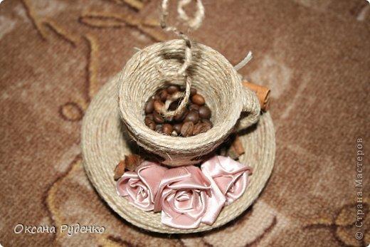 Кофеюшка. ЦВеты розочки из ленты, сердечки нарисованы молотым кофе фото 4