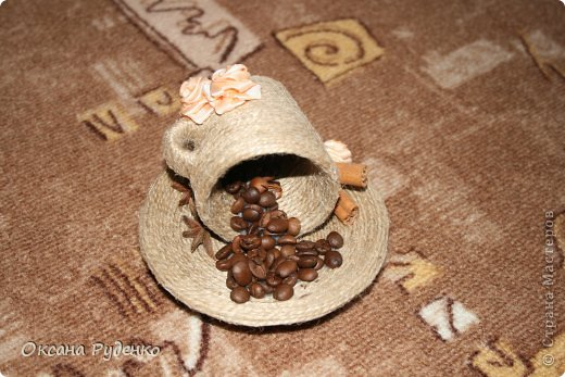 Кофеюшка. ЦВеты розочки из ленты, сердечки нарисованы молотым кофе фото 5