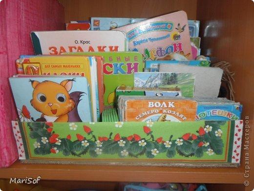 По тихоньку переезжают наши игрушки на новый стеллаж. Сделала органайзер для книг. оформить не успела. Дочка сразу побежала прибирать. фото 4
