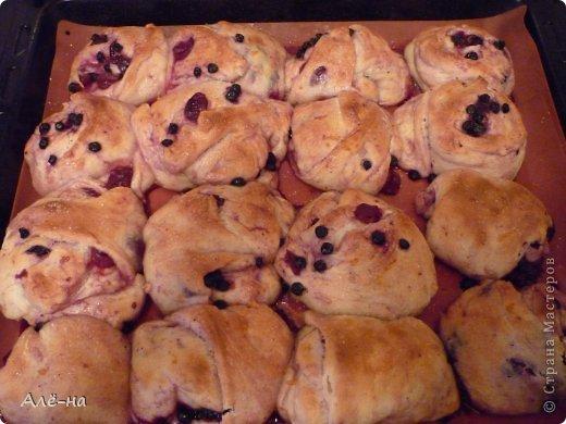 Очень меня привлек и удивил процесс приготовления этих булочек. Этакая куча-мала)))) И как многие, из его рецептов, готовятся они достаточно просто и быстро. фото 21