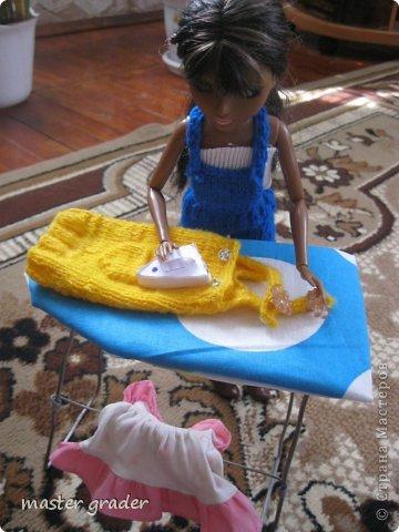 Моей Бижу негде гладить свои одежды. Вот и попросила сделать стол и новый утюг.Ну что поделаешь пришлось сделать.А вот уже Бижу гладит свое платье(конечно вязанное платье не надо гладить!) фото 1