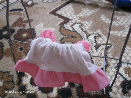 Моей Бижу негде гладить свои одежды. Вот и попросила сделать стол и новый утюг.Ну что поделаешь пришлось сделать.А вот уже Бижу гладит свое платье(конечно вязанное платье не надо гладить!) фото 2