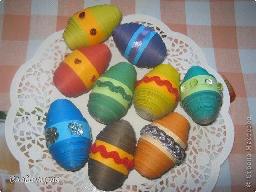 Накрутила эти яйца из картона в технике квиллинг, добавила с помощью термопистолета украшения в виде ленточек и паеток.  фото 1