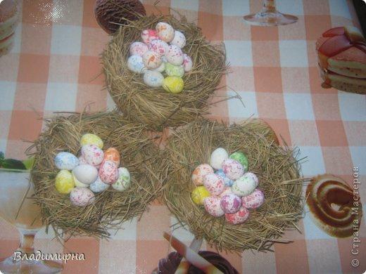 Накрутила эти яйца из картона в технике квиллинг, добавила с помощью термопистолета украшения в виде ленточек и паеток.  фото 2