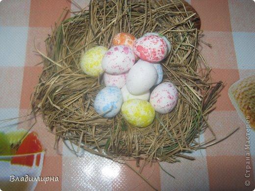 Накрутила эти яйца из картона в технике квиллинг, добавила с помощью термопистолета украшения в виде ленточек и паеток.  фото 3