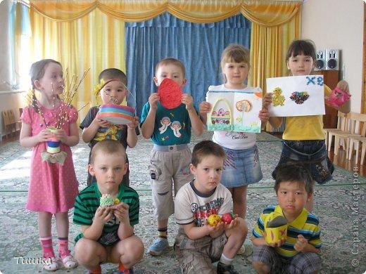Предложили родителям вместе с детьми сделать поделки к пасхе. Дети со своими работами.
