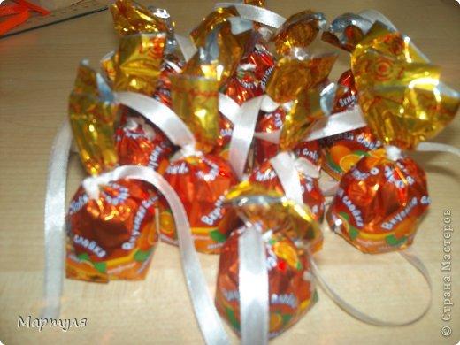 """Выпускные бывают не только в школе, но еще и в детском саду))). У нас в этом году выпускается 3 группы!!! И мы (""""Малыши"""" название группы ) должны подготовить подарки для подготовишек. Конечно участие детей подать конфету (не всегда конфета доходила)))). Идею слямзила здесь http://stranamasterov.ru/node/75267?c=favorite, http://stranamasterov.ru/node/539583?c=favorite Надоели каждый год закладки... А здесь красота... фото 3"""