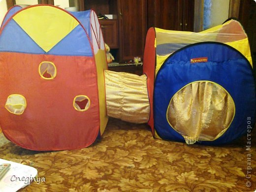 Как сделать из подручных материалов сделать домашний игровой комплекс, я постараюсь рассказать в данной записи. Итак, было у нас две палатки, которые теперь можно соединить в одну, с помощью самодельного тоннеля между ними.. фото 14