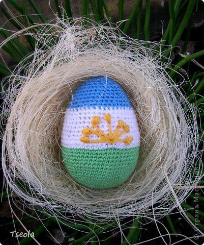 """Доброго времени суток! К Пасхе связала такое сувенирное яичко с башкирским флагом в коллекцию одному очень хорошему человечку. Основу делала из папье-маше в  Kinder Joy. Вышивка курая тоже из ниток """"Ирис"""" фото 1"""