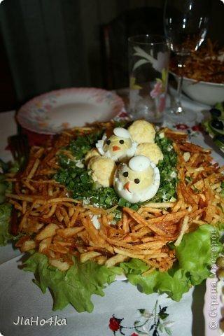 Рецепт салата: Картофель 3шт. Мясо курицы отварное - 400гр. Ананас из консервы - 300 гр. Морковь отварная - 2 шт. Лук репчатый - 1 шт. Яйцо - 4 шт. Майонез - 400 гр. Орехи грецкие - 200 гр. Все ингредиенты режем кубиками и выкладываем на блюдо в описанной выше последовательности при этом каждый слой промазывая майонезом и придаём форму половинки ананаса. верх обмазываем обильно майонезом и обкладываем половинками орехов, украшаем зеленью салата (по желанию) фото 4