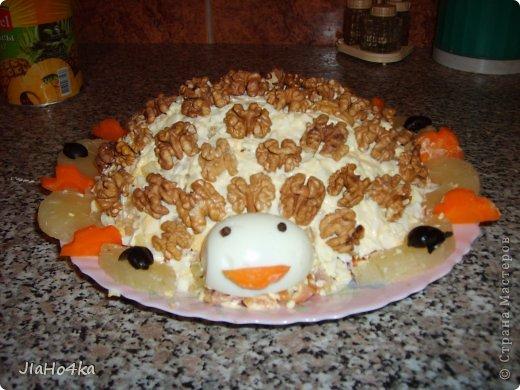 Рецепт салата: Картофель 3шт. Мясо курицы отварное - 400гр. Ананас из консервы - 300 гр. Морковь отварная - 2 шт. Лук репчатый - 1 шт. Яйцо - 4 шт. Майонез - 400 гр. Орехи грецкие - 200 гр. Все ингредиенты режем кубиками и выкладываем на блюдо в описанной выше последовательности при этом каждый слой промазывая майонезом и придаём форму половинки ананаса. верх обмазываем обильно майонезом и обкладываем половинками орехов, украшаем зеленью салата (по желанию) фото 1