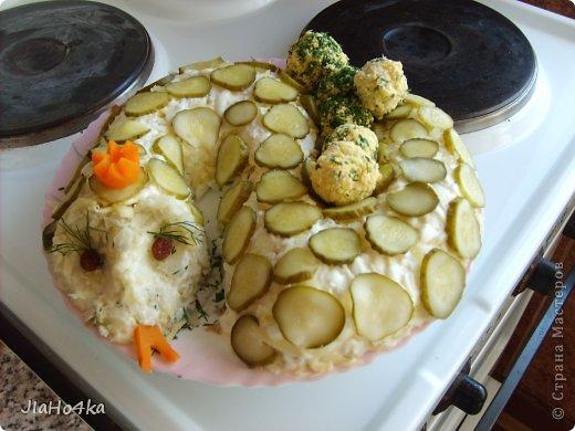 Рецепт салата: Картофель 3шт. Мясо курицы отварное - 400гр. Ананас из консервы - 300 гр. Морковь отварная - 2 шт. Лук репчатый - 1 шт. Яйцо - 4 шт. Майонез - 400 гр. Орехи грецкие - 200 гр. Все ингредиенты режем кубиками и выкладываем на блюдо в описанной выше последовательности при этом каждый слой промазывая майонезом и придаём форму половинки ананаса. верх обмазываем обильно майонезом и обкладываем половинками орехов, украшаем зеленью салата (по желанию) фото 9