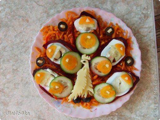 Рецепт салата: Картофель 3шт. Мясо курицы отварное - 400гр. Ананас из консервы - 300 гр. Морковь отварная - 2 шт. Лук репчатый - 1 шт. Яйцо - 4 шт. Майонез - 400 гр. Орехи грецкие - 200 гр. Все ингредиенты режем кубиками и выкладываем на блюдо в описанной выше последовательности при этом каждый слой промазывая майонезом и придаём форму половинки ананаса. верх обмазываем обильно майонезом и обкладываем половинками орехов, украшаем зеленью салата (по желанию) фото 10