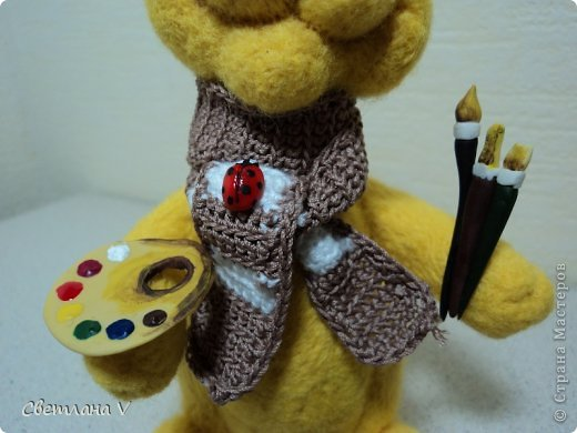 Кот свялен из шерсти, глаза, кисточки и палитра - из пластики, берет и шарф связаны (пришлось вспомнить навыки вязания с детства))) фото 3