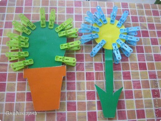 Всё очень просто. Из цветного картона вырезаем и клеим цветы.  Просим ребёнка прикрепить к кактусу колючки, а к цветку - лепестки.  фото 1