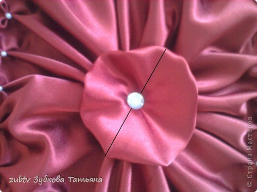 Эта подушка выполнена с использованием узора цветочек.  фото 14