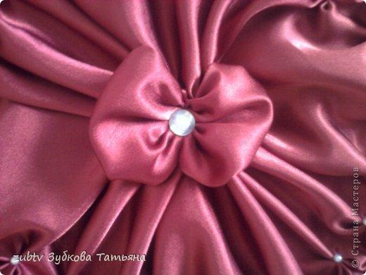 Эта подушка выполнена с использованием узора цветочек.  фото 15
