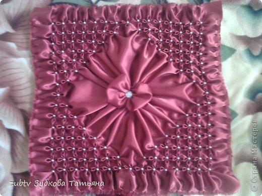 Эта подушка выполнена с использованием узора цветочек.  фото 16