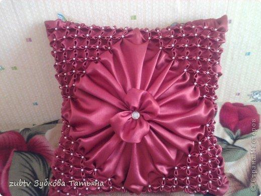 Эта подушка выполнена с использованием узора цветочек.  фото 21