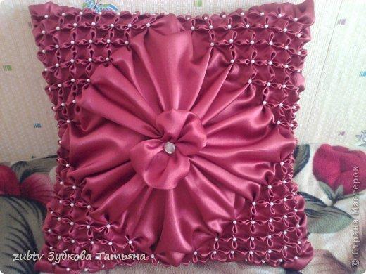 Эта подушка выполнена с использованием узора цветочек.  фото 1
