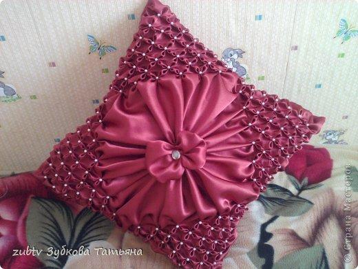 Эта подушка выполнена с использованием узора цветочек.  фото 22