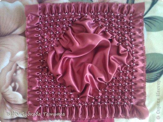 Эта подушка выполнена с использованием узора цветочек.  фото 11