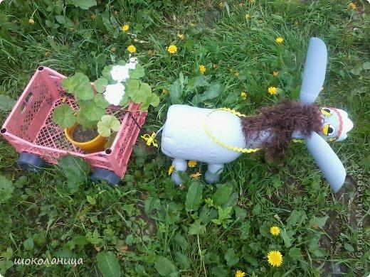 Ослик из пластиковых бутылок для сада